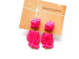 bright pink cat earrings by Sweetiepips