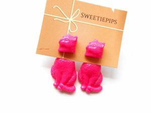 bright pink cat earrings by Sweetiepips